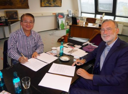 01 - Yoshiyuki Nagao, Chairman of the Board of CST and Wilfried Graebert, CEO of Graebert seal their partnership. All rights reserved.